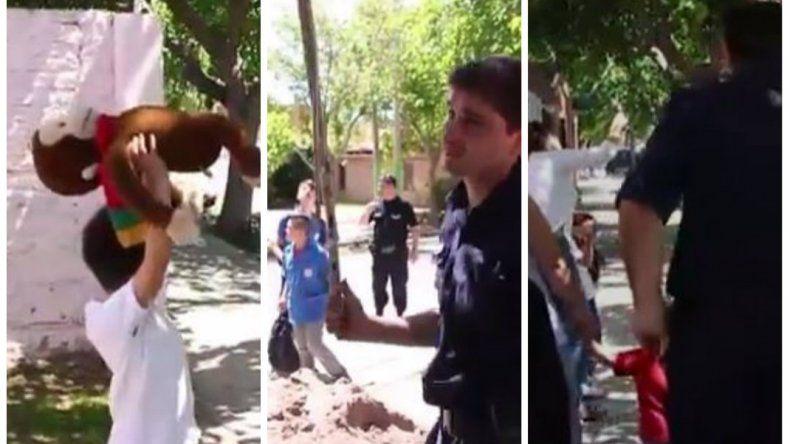 Policías, autobomba, bananas y redes para atrapar a un monito