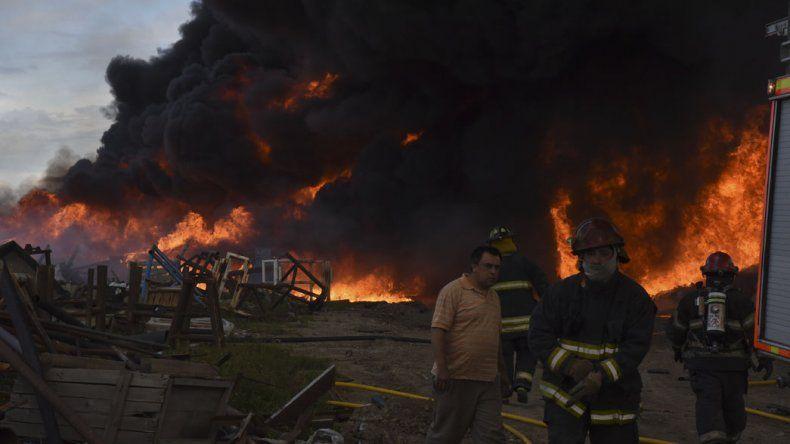 Cuatro dotaciones de bomberos tuvieron que combatir un gran incendio de caños plásticos