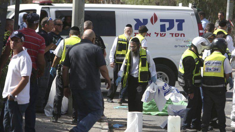 Dos personas murieron a manos del atacante armado que fue abatido por la policía.