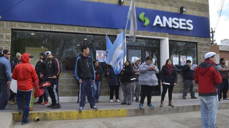 Opositores a directora de la ANSeS volvieron a pedir su renuncia, esta vez acompañados por manifestantes