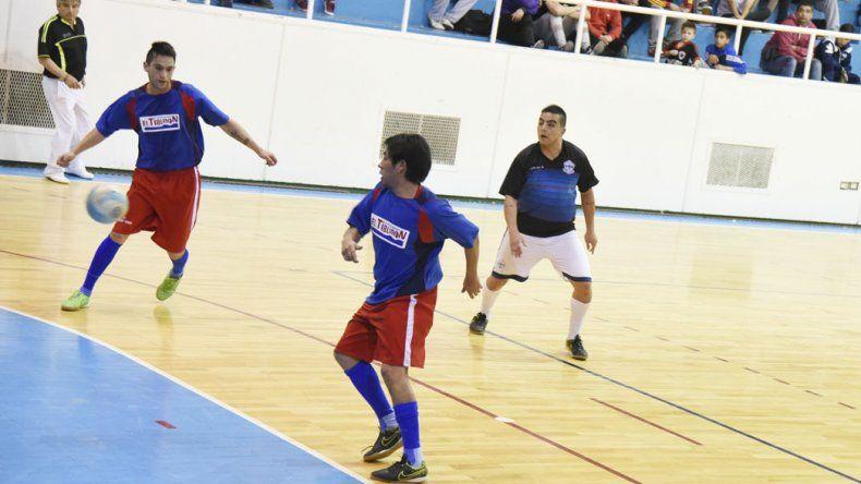 Auto Lavado El Tiburón derrotó 8-2 a La Cigarra y sigue firme en la punta del torneo Clausura de fútbol de salón.