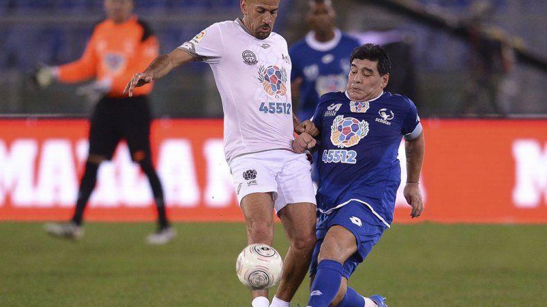 Maradona y Verón disputan la pelota