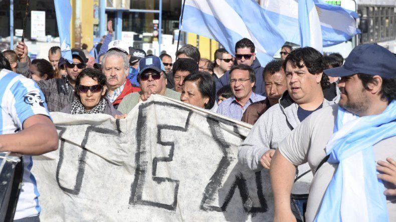 Nación otorgará un subsidio a los trabajadores y convocó al titular para definir el futuro de la textil