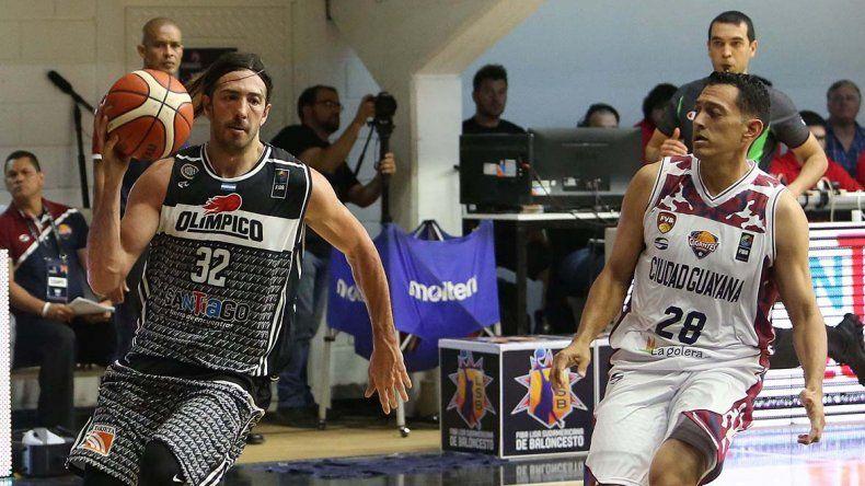 Adrián Boccia ataca al canasto en el partido que Olímpico le ganó a Gigante de Guayana