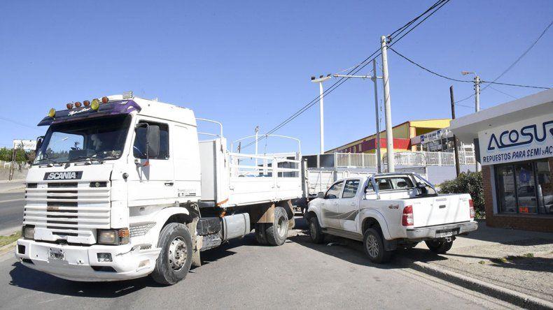 Un camión sin conductor destrozó dos camionetas en colectora de la Yrigoyen