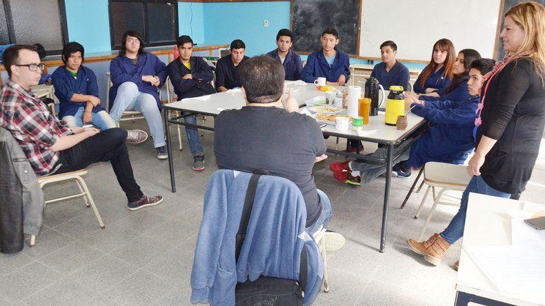 Martín Colivoro y Gerardo Escobar visitaron la Escuela 738 y brindaron una charla sobre la influencia de las redes sociales y las medidas de seguridad que deben tenerse en cuenta al momento de usarlas.