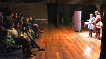 Los Caminos Invisibles fue la obra encargada de abrir el programa que propone el Circuito Teatral en el auditorio del Centro Cultural.