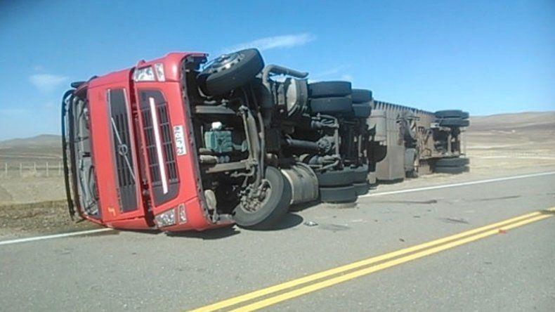Las fuertes ráfagas volcaron un camión