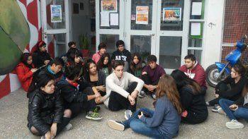 Alumnos de la escuela de Arte realizan una sentada en contra del dispositivo Aprender 2016.