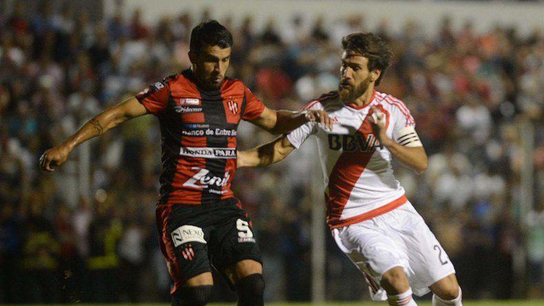 Leonardo Ponzio disputa el balón en el partido jugado el domingo ante Patronato.