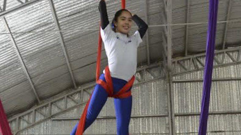 Las dos chicas caletenses realizaron sus últimas prácticas de acrobacia en telas con miras al certamen nacional.