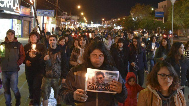 Familiares y amigos de Gustavo Gerez marcharon con velas y antorchas por las calles céntricas de la ciudad del Gorosito
