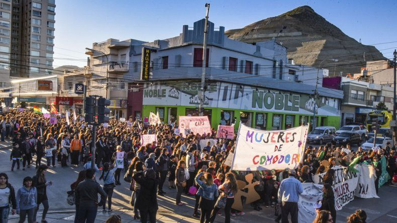 Las mujeres y también hombres marcharon una vez más por las calles céntricas para pedir por la sanción de una ley de emergencia por la violencia de género y otras demandas.