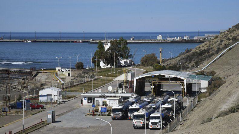 La medida consistió en cruzar camiones cisterna frente a la playa de tanques