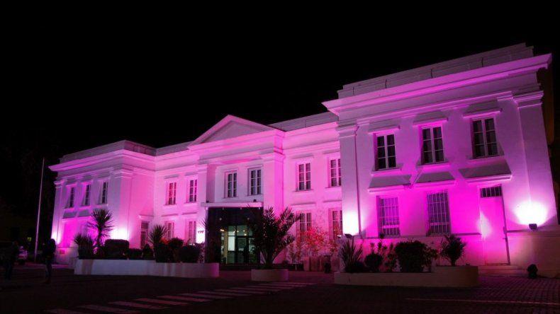 En una cruzada contra el cáncer de mama el edificio de YPF se iluminará de rosa