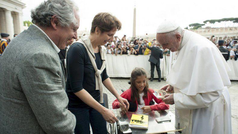 La joven escritora que fue recibida por el Papa en el Vaticano.