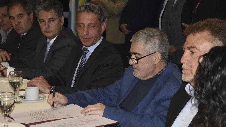 El gobernador el jueves 13 de octubre en Comodoro Rivadavia cuando firmó el compromiso de transferencia de fondos para esta ciudad