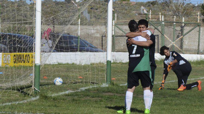 El abrazo de Maximiliano Vivas con Ezequiel Aybar mientras en el fondo lo sufre Claudio Quiroga.