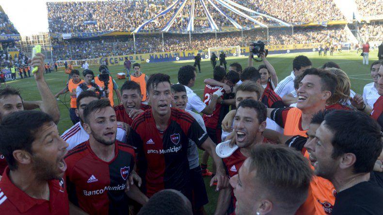 Maxi Rodríguez y todo Newells festejan el triunfo ayer en la cancha de Central.