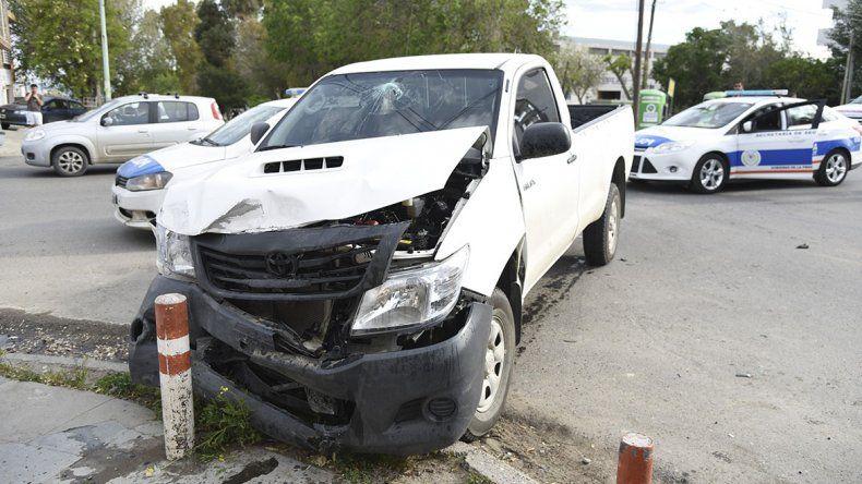 Una de las Toyota Hilux involucrada en el choque ayer terminó contra las defensas de la vereda de un comercio.