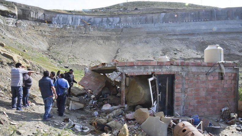 Una familia se salvó de milagro al caer rocas del cerro en su vivienda