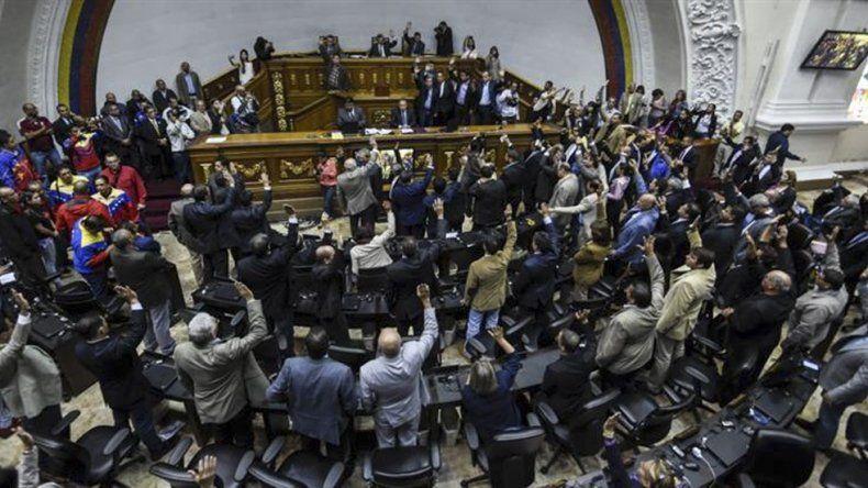 La mayoría opositora aprobó abrir un juicio político contra Nicolás Maduro.
