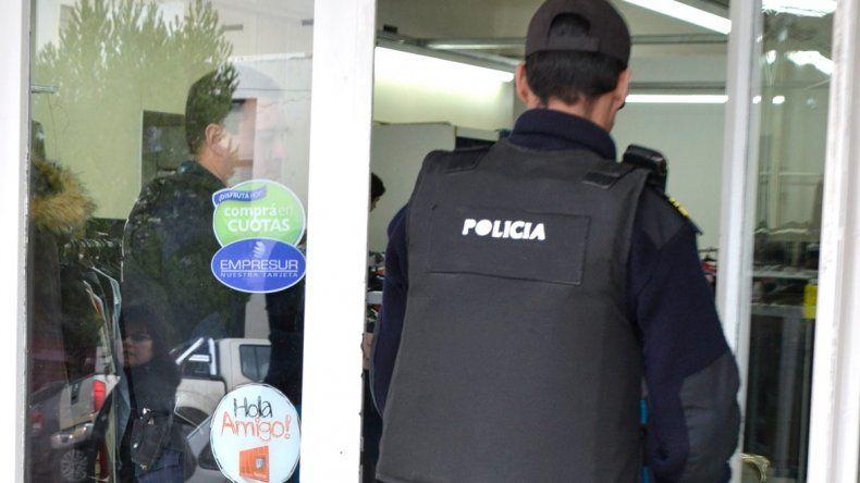 Los policías tienen permitido realizar tareas remuneradas de guardia en instituciones y empresas durante su horario de franco. Se denomina servicio adicional.