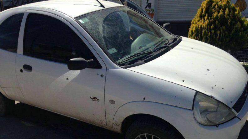 Balearon un auto en el barrio José Fuchs