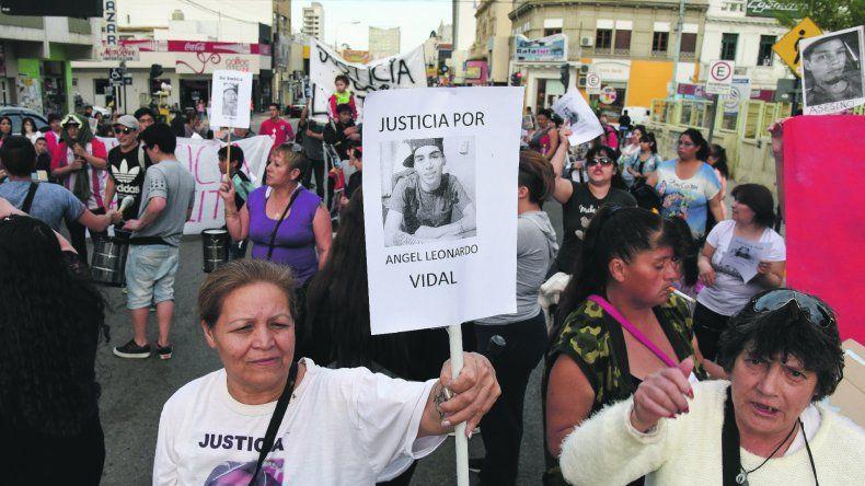 Familiares y amigos de Angel Vidal marcharon ayer por las calles céntricas para exigir justicia por el asesinato.