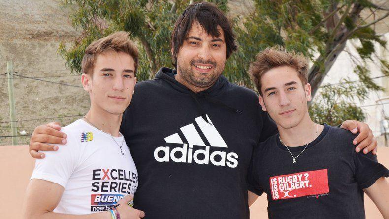 Santiago –izq– y Gonzalo Wang junto a su entrenador Rodrigo Pérez.
