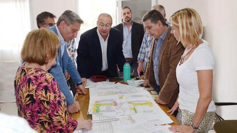 Los ministros de Salud e Infraestructura junto al vicegobernador al supervisar el avance de las obras en el Hospital Alvear.