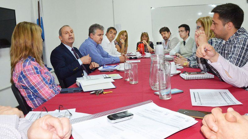 La reunión que se celebró ayer para tratar la problemática del agua en Comodoro Rivadavia y la región.