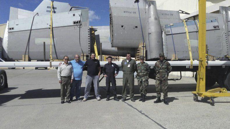Integrantes de la Unión de ex Combatientes en la llegada del Pucará transportado sobre un camión.