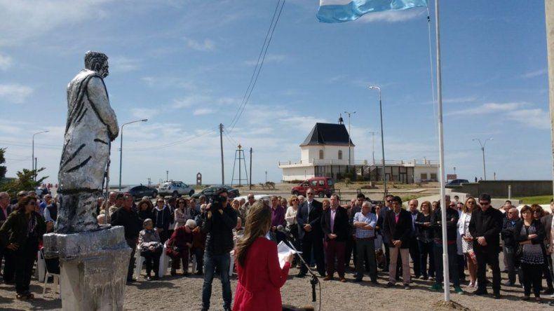 Inauguraron una estatua de Alfonsín a 33 años de la recuperación de la Democracia