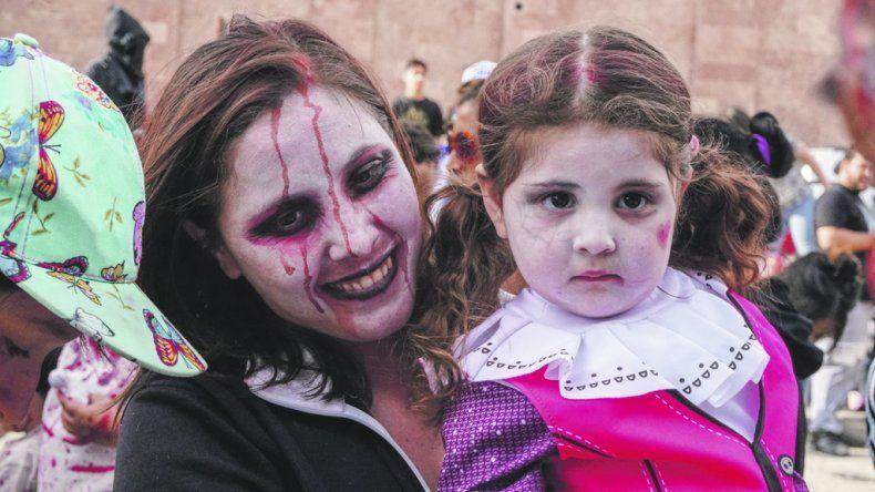 Los zombies caminaron por Comodoro  en una tarde de diversión terrorífica