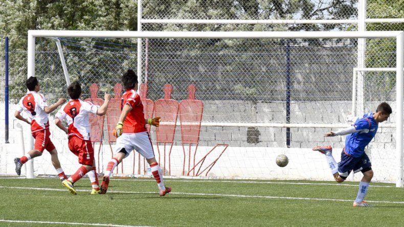 Maximiliano Morales ya superó a Fabián Loncopán y festeja el primer gol en el sintético de Km 5.