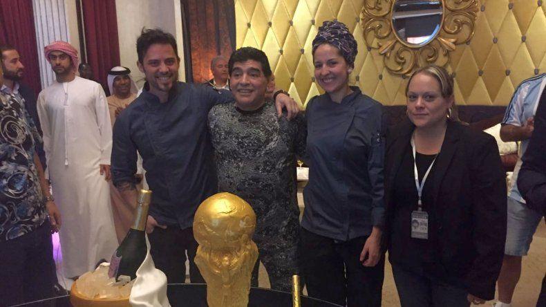 Luciana Cabrera junto a Diego Armando Maradona y la torta que le hizo personalmente al 10