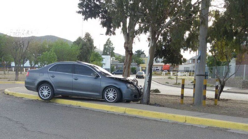 Un auto despistó y terminó impactando contra un árbol