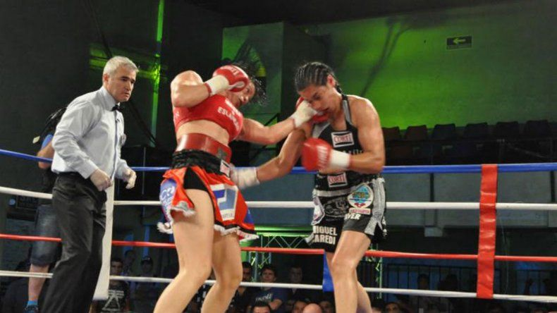 Ana Laura Esteche le aplica una potente izquierda a Celeste Peralta.