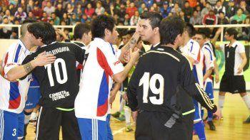 Los jugadores de UOCRA y Auto Lavado El Tiburón se saludan en la previa  de la final del torneo Apertura que ganó el equipo de la construcción.