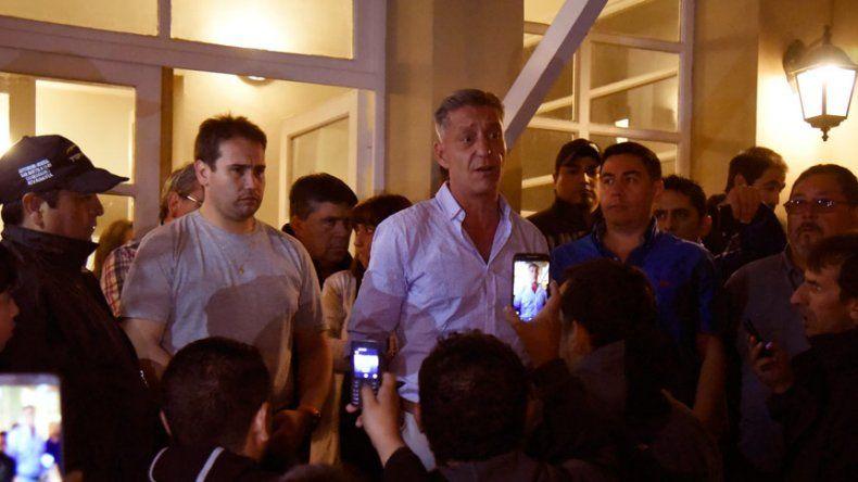 Arcioni dialoga con los obreros en el exterior de la Residencia del Gobernador tras la firma del compromiso.