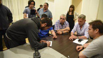 La firma del compromiso al que llegaron en la Residencia del Gobernador, el sábado por la noche, Mariano Arcioni y Marcial Paz con los representantes de los trabajadores de Guilford.