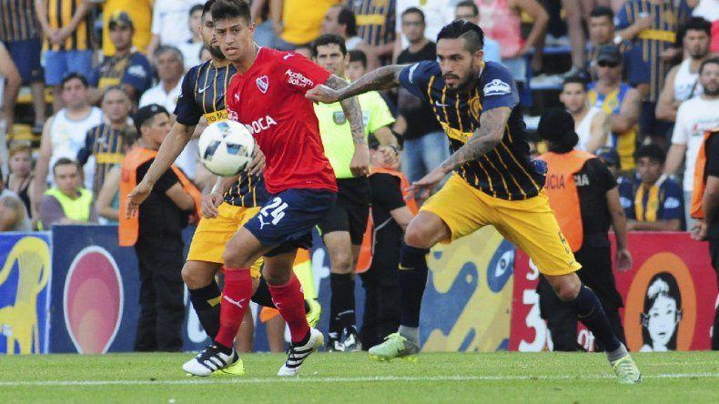 Emiliano Rigoni y Gustavo Colman a en una acción de juego del partido disputado ayer en Rosario.