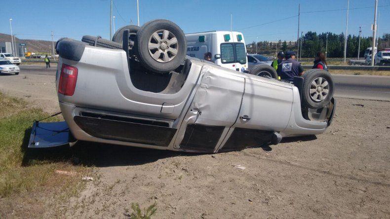 Una camioneta volcó por una mancha de gasoil en 3 y 26