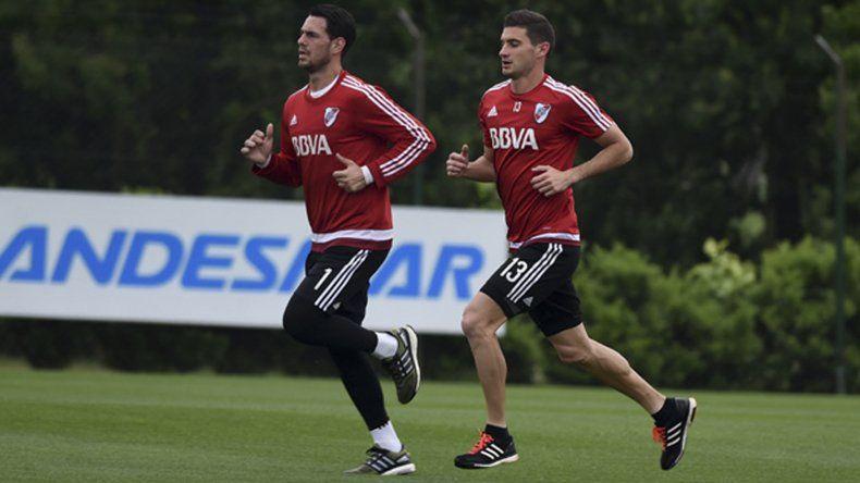Augusto Batalla y Lucas Alario trotando durante un entrenamiento de River.