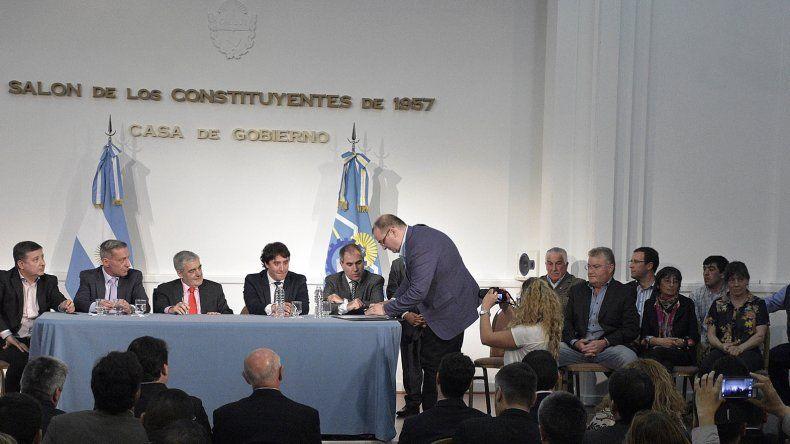 El gobernador Mario Das Neves firmó los convenios de transferencias de fondo a Río Mayo