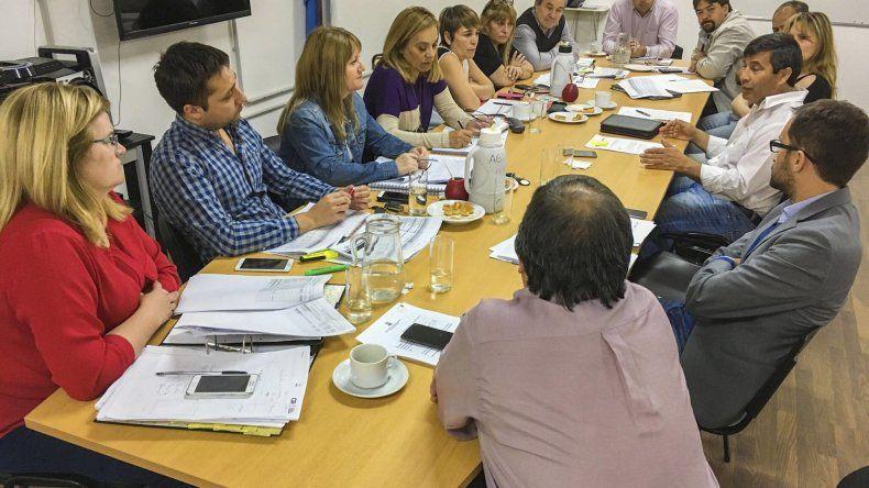 La reunión que los concejales mantuvieron ayer con los responsables de las carteras de Recaudación y Seguridad.