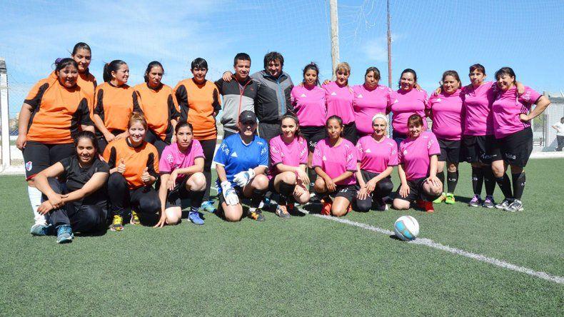 Los equipos de la Seccional Tercera y Alcaidía fue uno de los partidos que abrió el torneo de fútbol femenino policial.