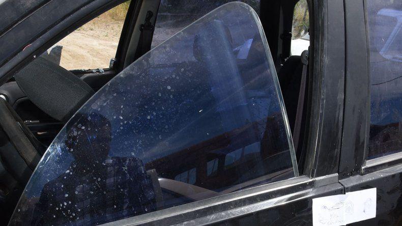 En la camioneta de la víctima quedó incrustado uno de los balazos.