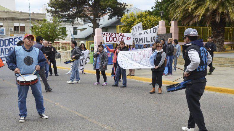 Un grupo de manifestantes de ATE se movilizó por el centro con pancartas alusivas a su reclamo.